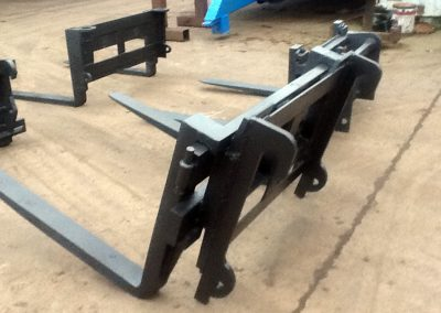 Adjustable telehandler pallet forks